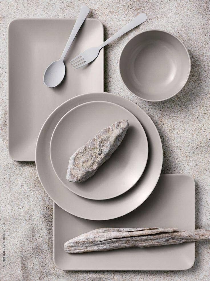 Serien DINERA med sin enkla form, dämpade färg och matta glasyr ger en rustik känsla och lyfter fram maten på bordet. DINERA servis i 18 delar, DINERA tallrik, DINERA skål, DRAGON bestick i rostfritt stål, här målade i gråvitt för att framhäva formen.