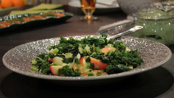 Grönkål är fantastiskt gott och bland det nyttigaste man kan äta. Prova att woka den tillsammans med salladslök och äpple, för en ljummen sallad på julbordet. Rätten passar bra till julskinkan, men också till andra kött- eller fiskrätter.