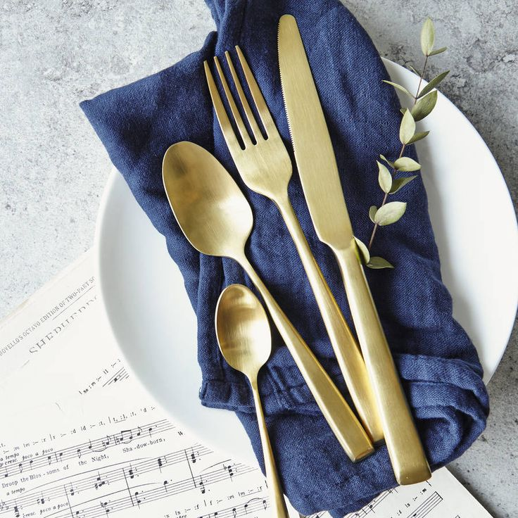 Glamorous four piece set of matte gold cutlery: 1 dinner knife, 1 dinner fork, 1 dinner spoon and 1 tea spoon.This is a set for one person and contains 4 items of cutlery. We offer disounts for 9+ sets, please get in touch with The Cutlery Commission to find out more. Stylist, chic and bang on trend - let your glitzy styling flow onto the dining table with these exclusive sets of cutlery, delivered tissue wrapped and in an organza bag. Perfect to inject some glamour to your table settings…