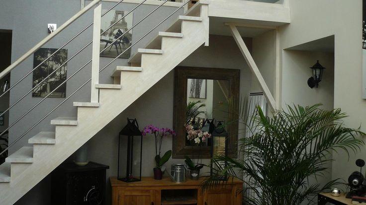 Aménagement intérieur. Escalier huilé blanchi sous la verrière