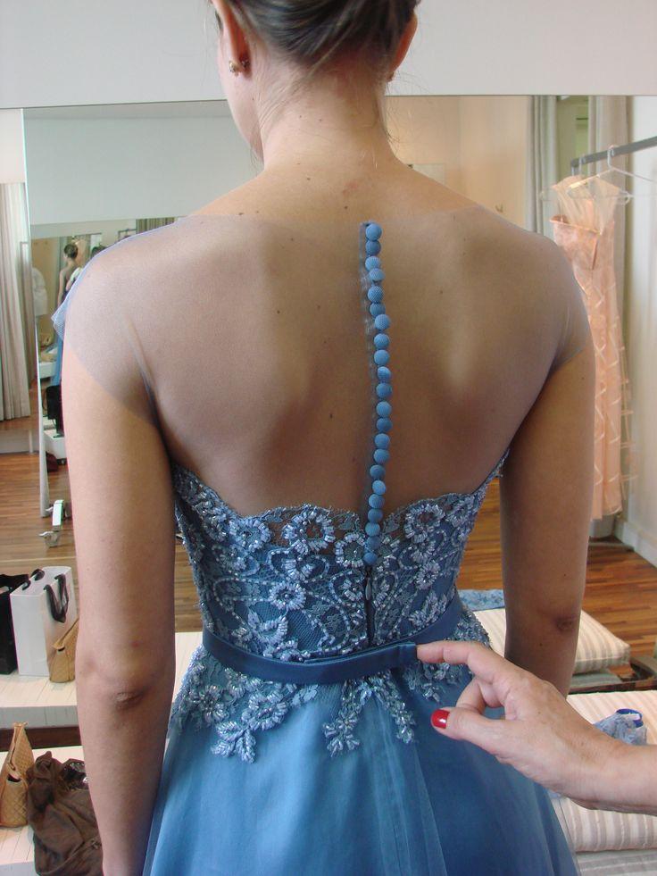 Vestido sob medida - ateliê Esther Bauman/Acquastudio  Detalhe costas - vestido com fechamento de botões; renda bordada azul; cinto