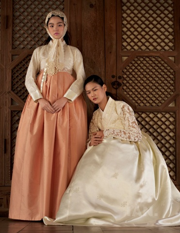 hanboks by Tchai Kim Young Jin (차이 김영진); photography by Kim Sang-Gon