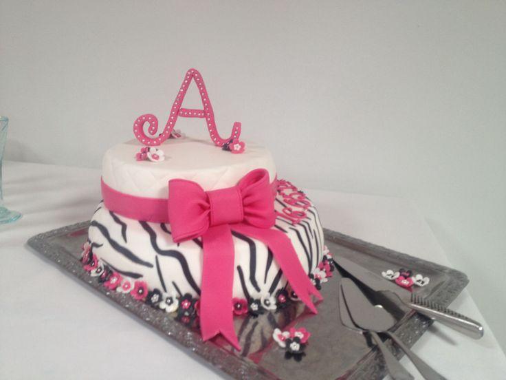 Konfirmationskage til Amalie. Zebra og pink. Jordbærmousse og hyldeblomstmousse