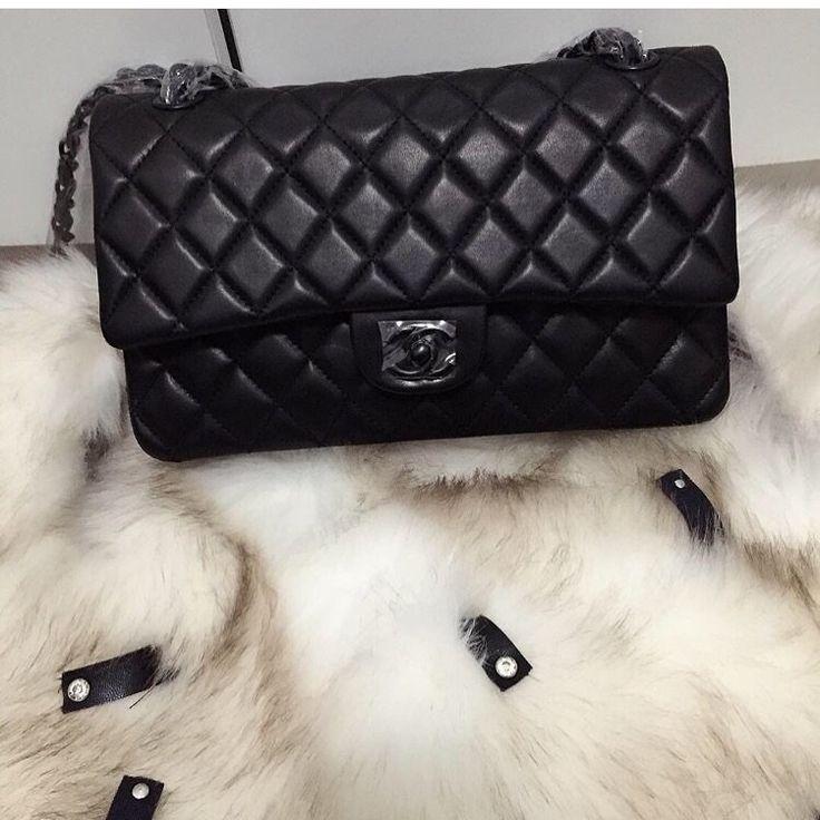 Réplica de Bolsa Chanel 2.55 Classic Flap Black- Tradicional- Linha Premium  TOP PREMIUM  Réplica de Bolsa TOP, compre no cartão em 12x ou à vista com desconto.   Acesse: www.replicasdebolsa.com.br