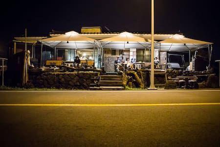 이렇게 멋진 에어비앤비 숙소를 확인해보세요: Sea Bar Guesthouse - Jochon-eup, Jeju-si의 단독주택에서 살아보기