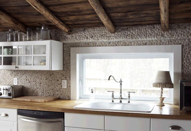 Pebbled stone backsplash rustic kitchen c a b i n s t y for Rustic stone tile backsplash