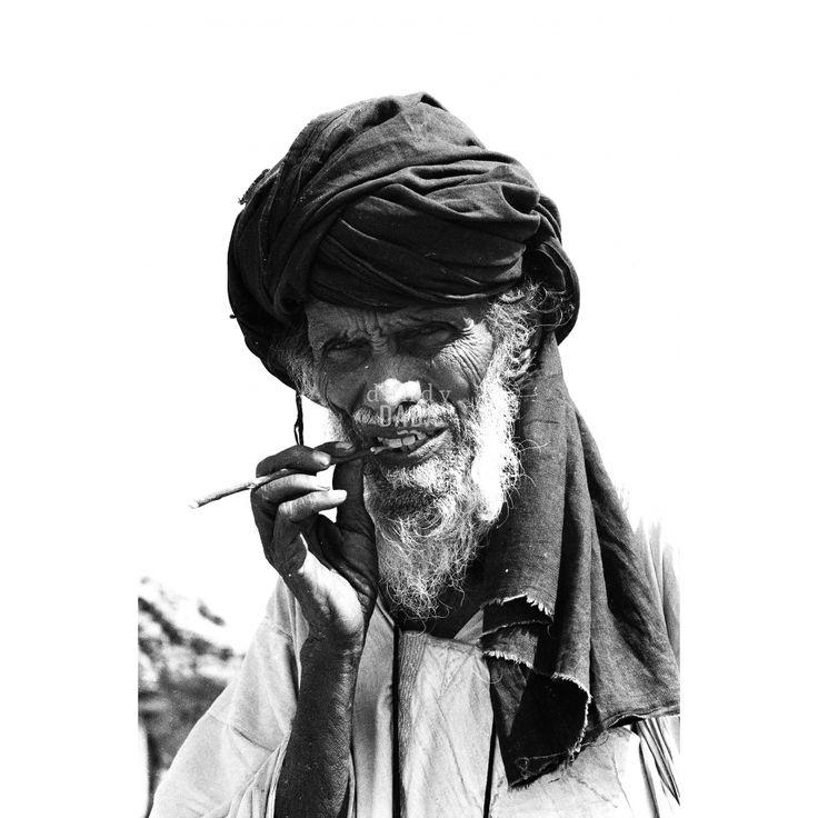 """Mauritania II L'opera  proviene dall'archivio storico dell'agenzia """"D.F.P."""", fondata nel 1963 da Dina Maria Turriccia. Era il 1972 e i fotoreporter dell'agenzia """"D.F.P"""" indagano le condizioni sociali del paese africano, terra difficile e violenta, ma assolutamente affascinante. #Ritratto dalla forte introspezione psicologica. Africa, #Mauritania 1972."""