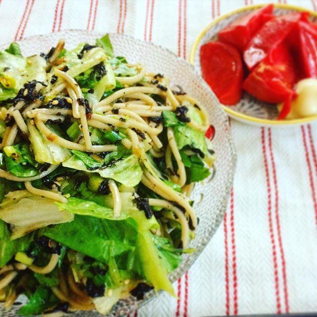どはまり中の 蕎麦サラダ。  美味しそうに見えないけど、 すっごくすっごく美味しいの!!!  ◯蕎麦 ◯ロメインレタス ◯海苔 ◯胡麻 ◯鰹節  油と、つゆの素をぐるっとかけて出来上がり(❁´ω`❁) スープは「蕎麦湯」ww  #蕎麦サラダ #オリジナル #おうちごはん #手作り #創作 #salada #lunch #soba #instagood #yum #yummy #蕎麦湯にはまるとかおばあちゃんかよw