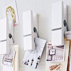 Schluss mit Zettelwirtschaft! Damit Postkarten, Briefe und Zeitschriftenausrisse nicht in Vergessenheit geraten, dürfen sie die Wand hinter dem Schreibtisch schmücken – einfach auf einem magnetischen Memoboard arrangieren oder an witzigen Maxi- Wäscheklammern sammeln.