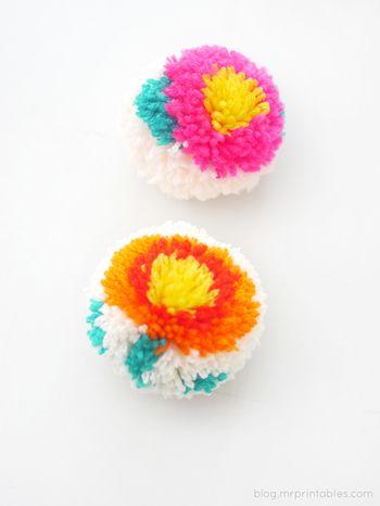 ポンポンの形を丸く整えれば、上の椿みたいなかわいいお花が出来上がります。 ちょっと一手間かけるだけで、こんな模様入りのポンポンが作れるので是非チャレンジしてみてくださいね。