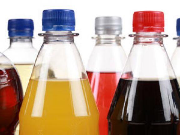 Bei der Fructoseintoleranz kann der Dünndarm Fructose nicht ausreichend verdauen. Betroffene sollten Fructose in Softdrinks & Co. meiden.