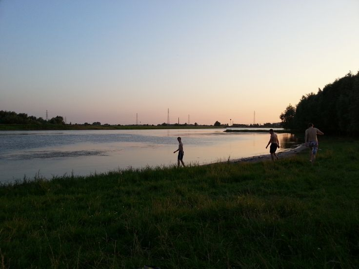 Heerlijk picknicken, zonnen of chillen in  de avond zon met je vrienden op fietsafstand van de stad. Locatie: Wageningen. Foto: Aid Wageningen.