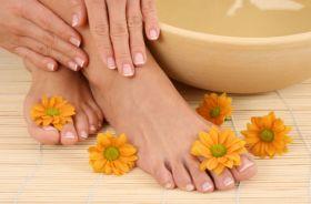 Usuwanie toksyn poprzez kąpiel stóp.