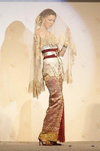 Kebaya Pengantin Modifikasi Anne Avantie Fashionshow 2