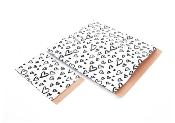 Papieren zakje Painted HeartsHandgeschreven hartjes papier met een roze achterkant. Door de dubbelzijdige bedrukking schijnt het papier niet door.                                                       • Formaat: 28 x 31,5 cm• Prijs is per stuk