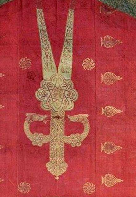 Türk-Hun, Akhun Devletine Ait Paradaki, Kağanın Başının Üzerinde Düğümlenmiş Çift Ejder İkonografisi ve 18. yy. Türk Osmanlı Kılıcındaki Çift Ejder Sembolizmi. GökTürkler Savaşa Gitmeden Önce Kılıç Üzerine Ant İçerlerdi. Bu Kılıç Ejderhanın, Yani Akrep Takımyıldızı İle Bağlantılı Mars'ın Kılıcı İdi. Kıngırak Adı Verilen Zülfikar Ejder Ağızlı Kılıçtır. Çift Ejder Sembolü, Evreni Çeviren Ejderha İkonografisi ile de Bağlantılıdır. Aralarında yaklaşık 1200 yıl var..