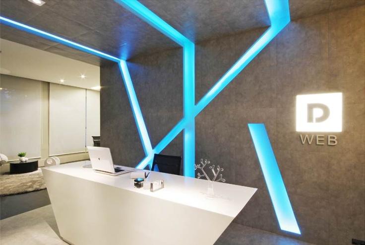 Na recepção deste escritório os rasgos de luz na parede e forro mudam de cor dando a sensação de movimento e colorido ao ambiente. http://ow.ly/9jqgY #tecnisa