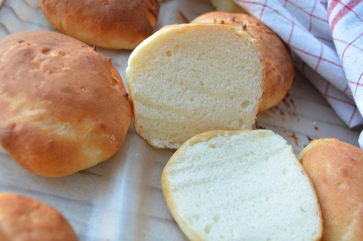 """Jag har tidigare beskrivit känslan av att äntligen hitta ett hembakat glutenfritt bröd som sonen älskar. Han är ju nämligen rätt kräsen och vill bara äta ljust bröd. Men i helgen gjorde jag det igen. Han älskade verkligen dessa fluffiga frallor och med tanke på att de inte har """"ett namn"""" eller så fick han döpa frallorna själv. Med tanke Läs mer..."""