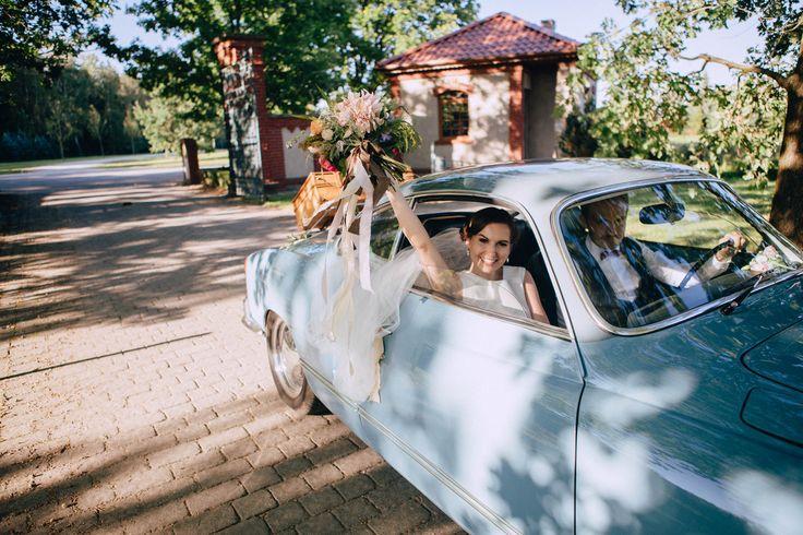 Wedding carStudio Słoń: #wedding #realwedding #warsaw #polandwedding #brideandgroom #weddingportrait #weddingbouquet #retrocar #car #weddingbouquet #fannybride #bride