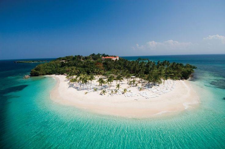 Cayó Levantado: Esta es una de las playas más conocida de República Dominicana debido a sus hermosas aguas de cristalina y arenas blancas, además de ser ideal para nadar o practicar el snorkeling, la misma está ubicada en semana.
