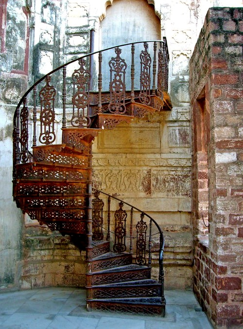 iron spiral staircase - wouldn't this be an absolutely AWESOME place for wedding photos?