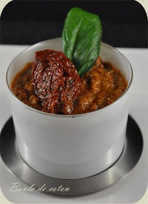 Pesto rouge: Pour 1 pot : - 100 g de tomates séchées à l'huile - 50 g de pignons de pin - 1 gousse d'ail - 50 g de parmesan - 1 petit bouquet de basilic frais - 8 cl d'huile d'olive (de préférence l'huile présente dans le bocal de tomates)