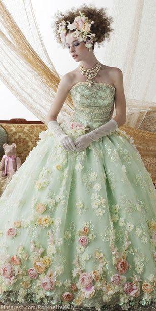 柔らかな雰囲気の中にもエレガントさが…!クリスチャン・ディオールのパステルグリーンドレス♡ ハイブランドのカラードレス・花嫁衣装まとめ。