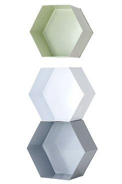 Ellos Home Væghylde Hexagon – 3-pak 6-kantede væghylder i forskellige størrelser der kan kombineres. Af lakeret metal med noget blank overflade. Stor 30x27x14 cm, mellem 28x25x14 cm og lille 26x23x14 cm.