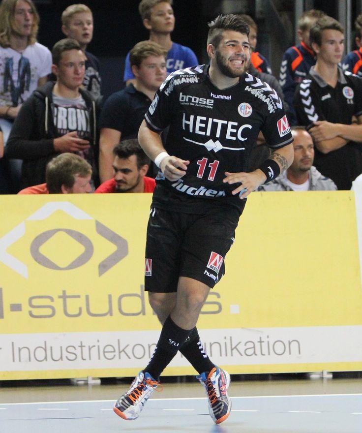 Ja - warum tanzt Kevin denn so vor der HL-Bandenwerbung?  Weil er sich riesig freut, dass der HCE am Samstag klar gegen die TSG Ludwigshafen-Friesenheim mit 36:23 gewonnen hat. hl-studios ist nicht nur Medienpartner des HC Erlangen, sondern auch der Spielerpartner von Rechtsaußen Kevin Herbst. www.hc-erlangen.de/ #handball #bundesliga #sport #erlangen #hcerlangen #hlstudios #ArenaNuernbergerVersicherung