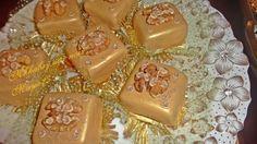 Ingrédients : 3 mesures de noix (600g) 1 mesure de sucre(200g) 1 c c de vanille 1 c s de zeste de citron 3 à 4 œufs selon la grosseur Pour le glaçage royal : Le jus d'un demi citron 1 c s d'eau de fleur d'oranger (ou eau de rose) 1 blanc d'œuf Du sucre...