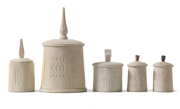 Krympburkar birch Knut Östgård. The decoration is partially cut with chip carving. The cans are painted with äggoljetempura. From the book Handicrafts begins in the forest. Photo: Thomas Harrysson