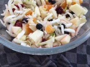Witlof komt hier zeer regelmatig op tafel in de vorm van deze salade met lekker veel fruit. Het lofsalade recept is super simpel. Lees je mee?