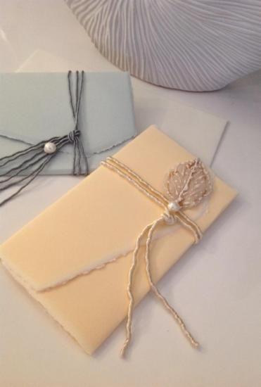 Partecipazioni fatte a mano - Eleganti partecipazioni matrimonio fatte a mano in cartoncino Amalfi, arricchite da passamanerie e perle di fiume. Toni del