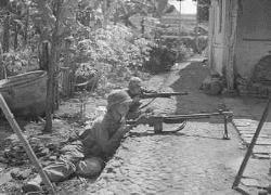 """Operatie """"Product"""" tijdens de eerste politionele actie. Mariniers bezetten de kampong Wendit na de l..."""