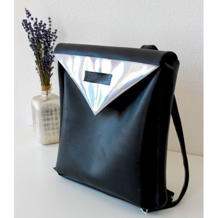 Faux leather backpack with inner pocket, zipper and magnetic closure.Size: 35x35x7cm straps: max. 87 cmMűbőr hátitáska belsőzsebbel, cipzárraé és mágneses kapoccsal.Méretek: 35x35x7 cm, pánt: max. 87 cm.