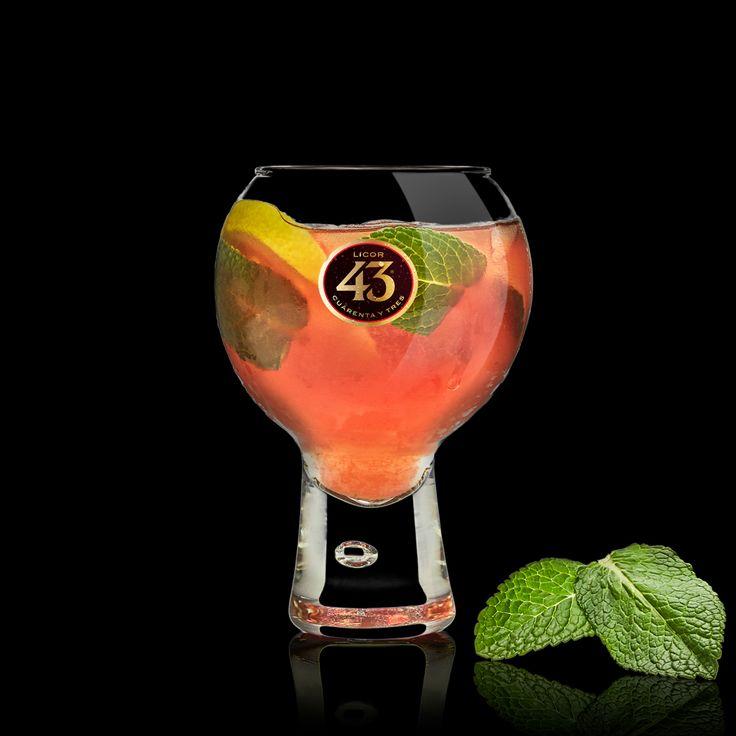 De Blush 43 kun je omschrijven als heerlijk verfrissend met een zuurtje. De verse munt maakt deze cocktail met Licor 43 helemaal af.