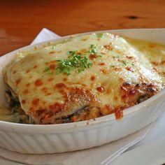 Aprende a preparar lasaña de berenjena con queso y tomate con esta rica y fácil receta. Limpiar las berenjenas. Cortar los extremos y partirlas por la mitad. Luego,...
