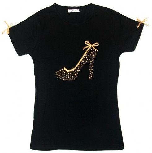 Camiseta negra con zapato de tacón en tela de estrellitas doradas y detalles en cinta dorada. 29€