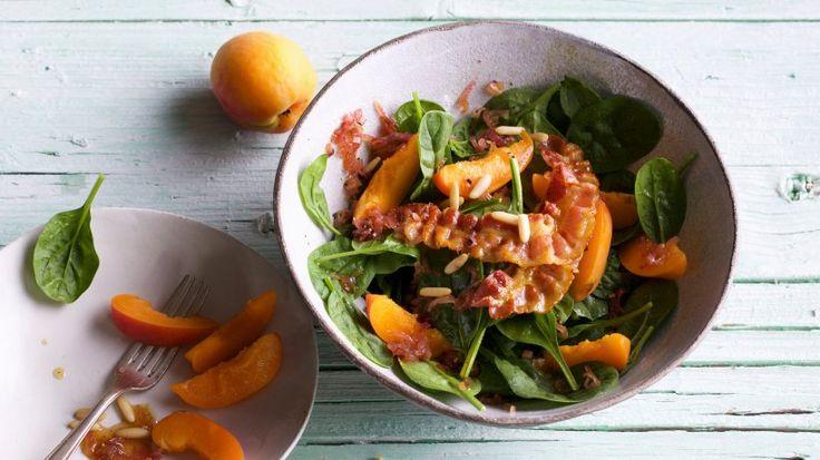 Herzhaft, fruchtig und frisch: Nutzen Sie die Aprikosen-Saison für unseren ausgefallenen Salat.