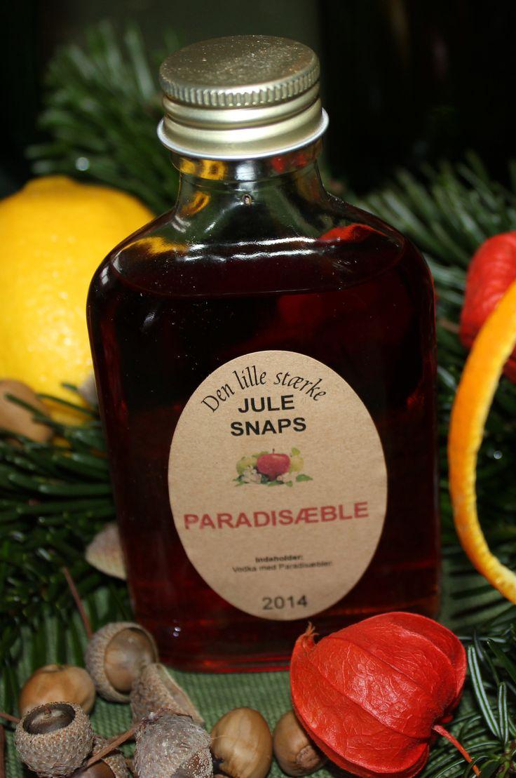 Paradisæbler i vodka giver en fantastisk blød og rund drik, hvis de får lov at lagre længe nok.  Lige nu hænger paradisæblerne tæt i de danske haver, hegn og parker.  De kan være knaldrøde som her, eller de kan være gule eller orange.  De smager meget forskelligt.  Tag en bid og vælg nogle,