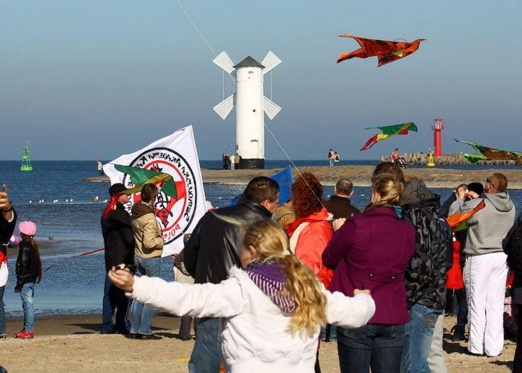 Plaża. Zapraszamy na XII Otwarte Mistrzostwa Świnoujścia w Lotach Latawców o Puchar Prezydenta Miasta. Po raz dwunasty już zawody odbędą się w niedzielę