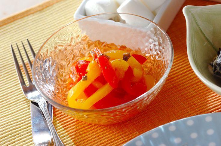電子レンジでパプリカに火を通すだけで、簡単に皮がむけます。ワインに合う一品。レンジパプリカのマリネ[洋食/前菜]2009.11.09公開のレシピです。