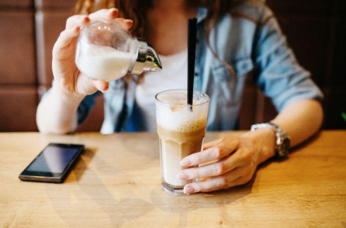 DEZE vage klachten wijzen erop dat je véél te veel suiker eet, belangrijk om te lezen!