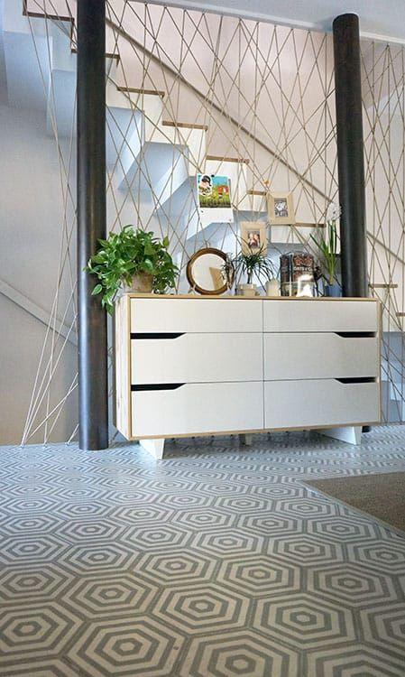 Letisztult elképzelés, egyedi ötletek és tökéletes megvalósítás. Natúr fa felületek, dizájn ikonszékek és Ikea bútorok teljes harmóniában hexa lapjainkkal.  Minta: Hexa Rabat 0101