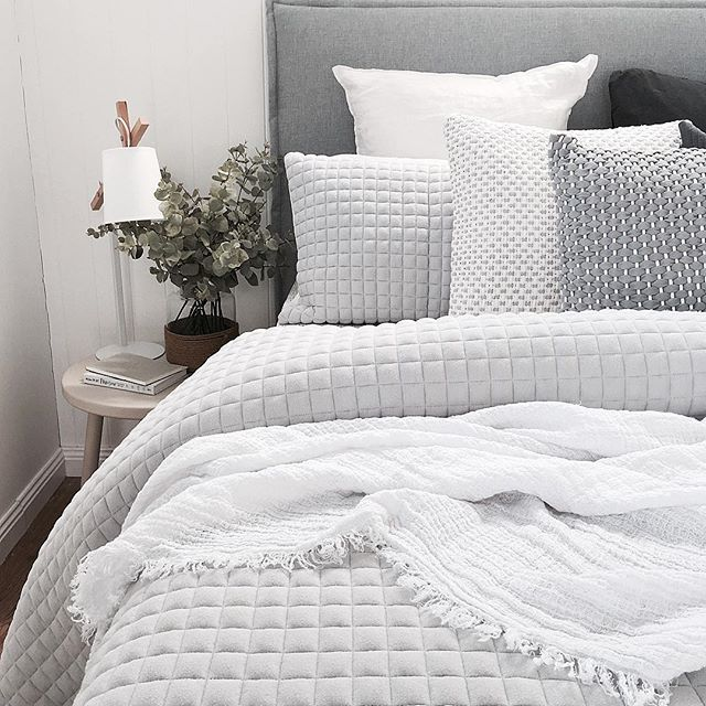 I don't think I'm ever going to be able to find bed linen that I love as much as this set here from last seasons @countryroad. I often think how could they do any better!?!? These are seriously the type of thoughts that go through my nerdy interiors mind...such a nerd!!! #waytooobsessedwithlinen
