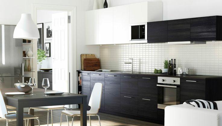 Kjøkken med en kombinasjon av hvite og brunsvarte TINGSRYD dører og skuffefronter