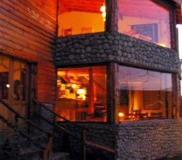CI32581 - Calafate - Pcia. de Santa Cruz. Tipo: Complejo de cabañas y apart 3* Hab.: 8 - Cat.: 3* - Estado: Muy bueno. Sup. cub.: 351 Mts2 - Terreno: 1.200 Mts2. Los aparts y cabañas, están construidos en ciprés -madera noble y típica de la región patagónica. Todas las unidades tienen una hermosa vista al Lago Argentino, logrando una sensación inigualable de paz y tranquilidad. Las unidades poseen capacidad hasta 5 personas.