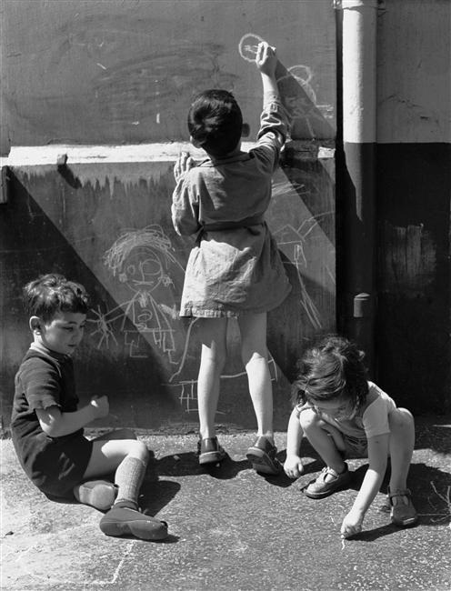 Denise Colomb - Dessins d'enfants dans la rue, Paris 1953.
