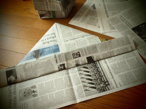 新聞紙で作るゴミ箱が気に入っています。かわいいんです。かわいいし、意外と使える新聞紙製の箱と袋。私が使っているのを見た人は、みんな気に入って作りたがります。作…