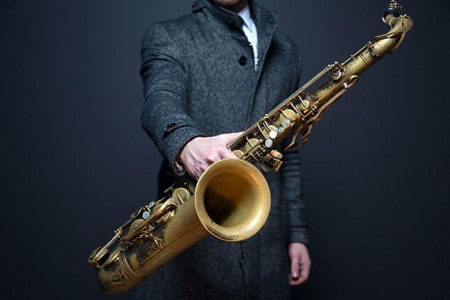 Recomendaciones para comprar un Saxofón a buen precio. - http://saxoargentina.com.ar/2015/11/24/recomendacionen-buen-saxofon/ A la hora de comprar un saxofón es muy importante tener en cuenta varios aspectos. En primer lugar te recomiendo que vayas a comprar tu primer saxofón con tu profesor o con alguien que entienda del tema. Como primera medida, tienes que saber qué tipo de saxofón te interesa comprar. Existen muc...